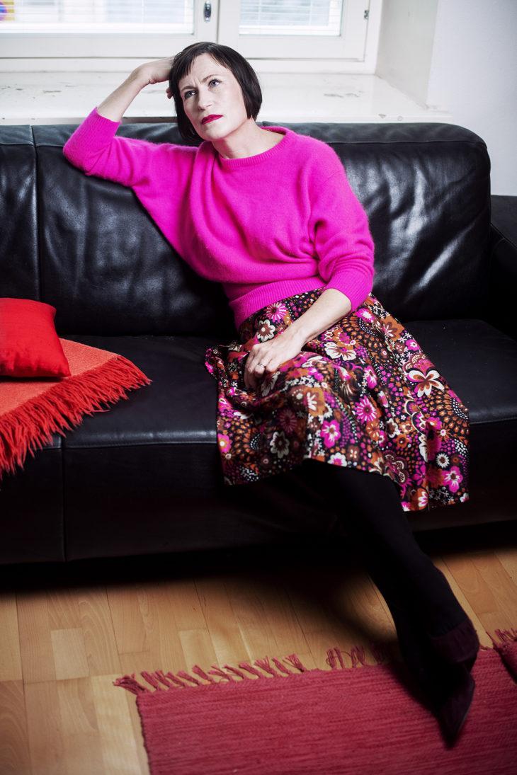 – Yhdistän vaatteita mielelläni niin, että niissä on yhtenäinen värimaailma. Sokkipinkki ei ole minulle liian räikeä väri