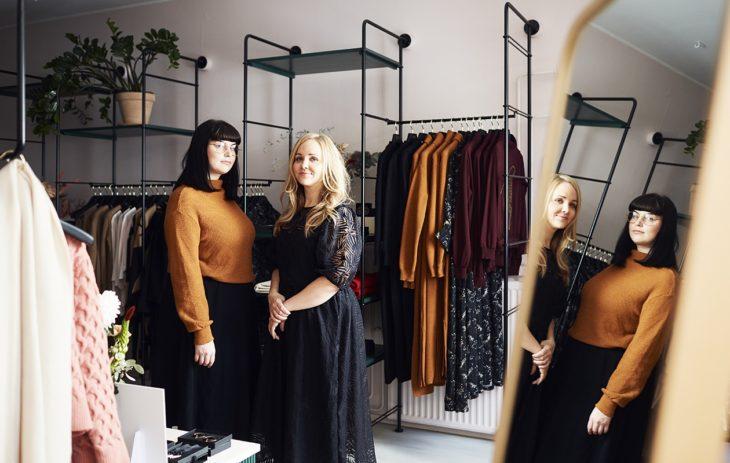 Mira Vanttaja (vas.) suunnittelee Uhanan kuosit ja Hanna Virkamäki mallit. Yhdessä he tutkivat trendejä ja hahmottelevat mallistojen teemat. Uhanalta ilmestyy kaksi mallistoa vuodessa ja lisäksi muutamia pienempiä erikoismallistoja.