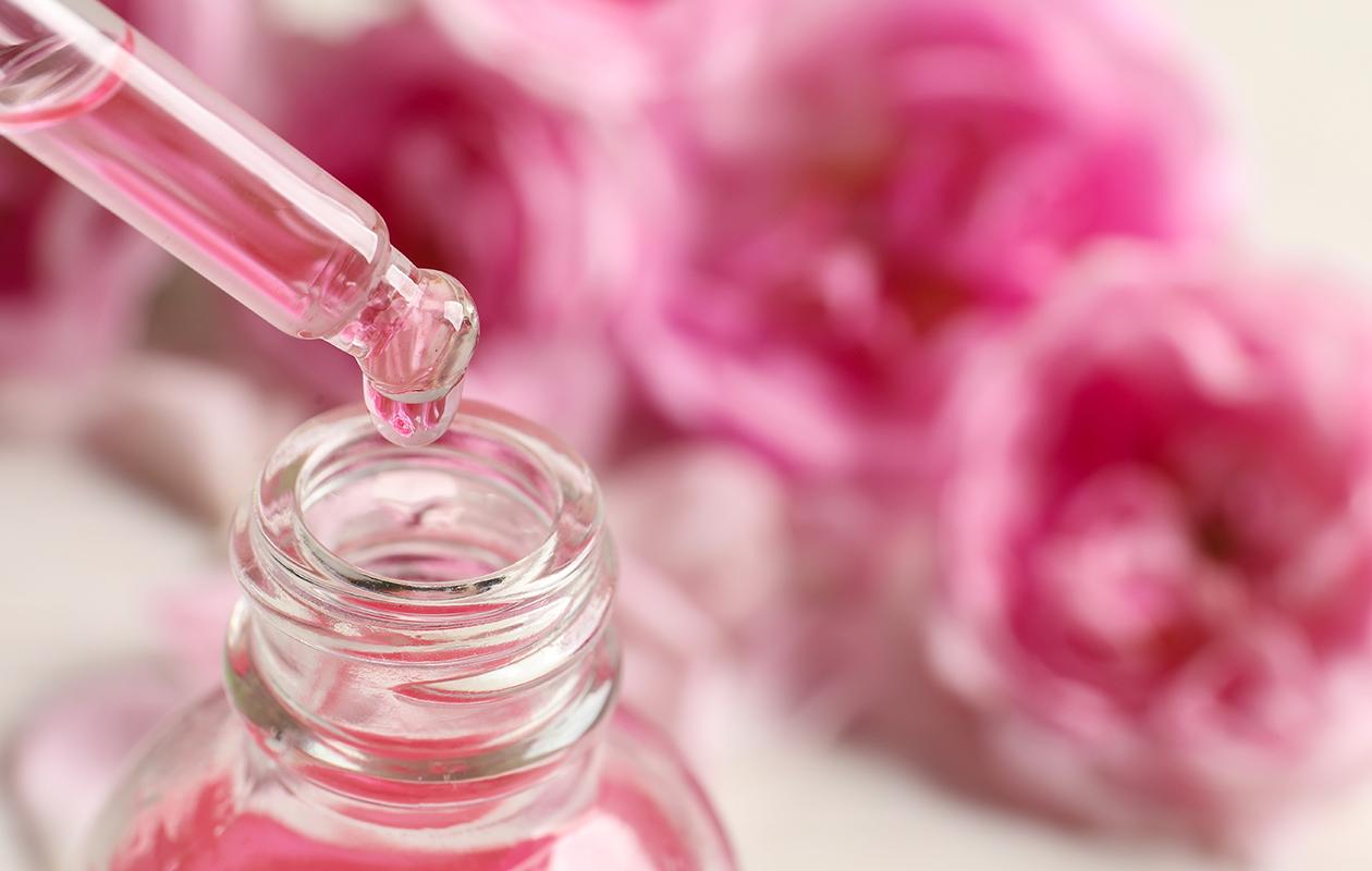 Laadukas kasvovesi sisältää kosteuttavia kukkaisvesiä tavallisen veden sijaan.