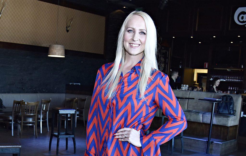 Elina Kottonen, 36, juontaa Big Brother -ohjelmaa, joka huipentuu sunnuntaina 29.11. Elinaa kuullaan myös Radio Suomipopin viikonlopuissa.