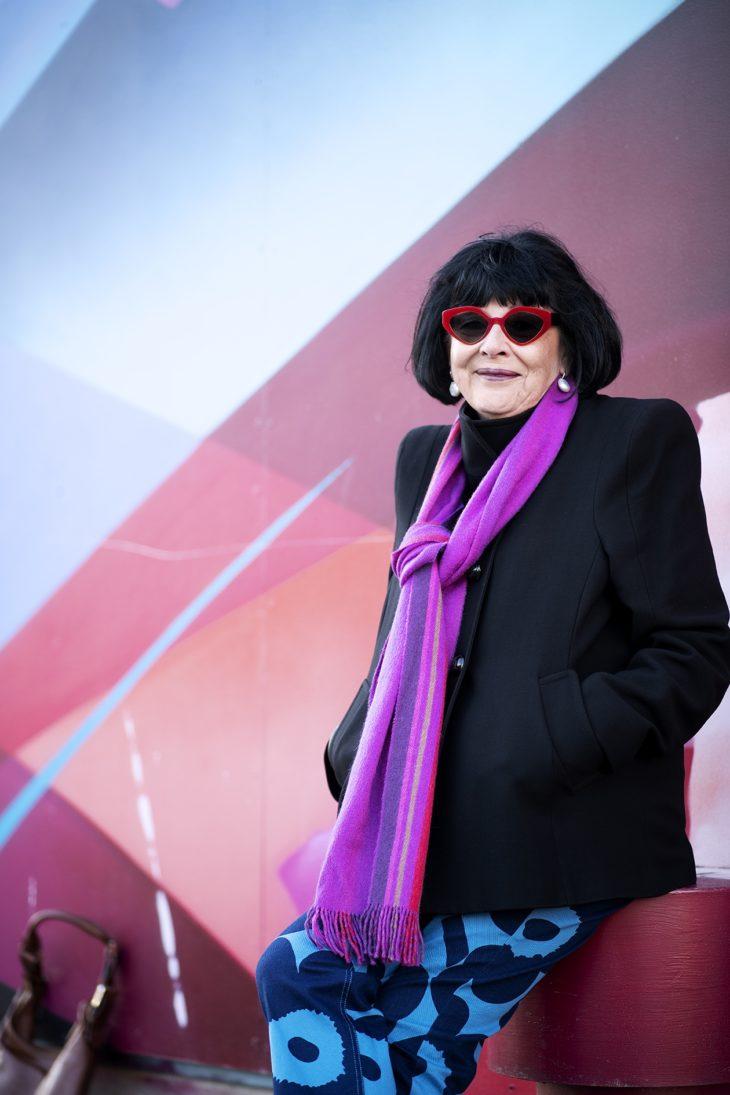 Kirsti Holmbergia innoittavat voimakkaat, ennakkoluulottomat naisasianaiset, jotka uskaltavat sanoa, mitä ajattelevat. – Sellaiset kuin vaikkapa kirjailija Märta Tikkanen.