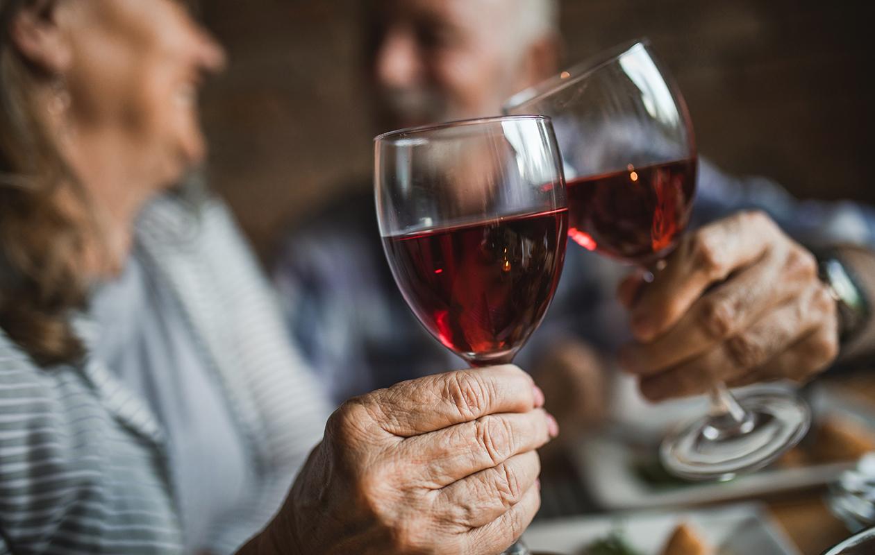 Seniorit juovat samoista syistä kuin muutkin.