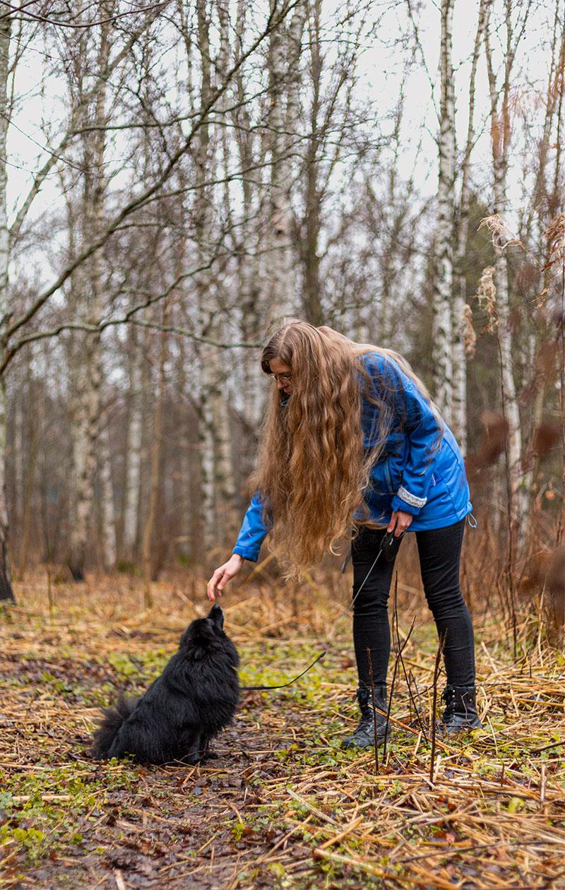 Anne antamassa namia Taika-koiralle.