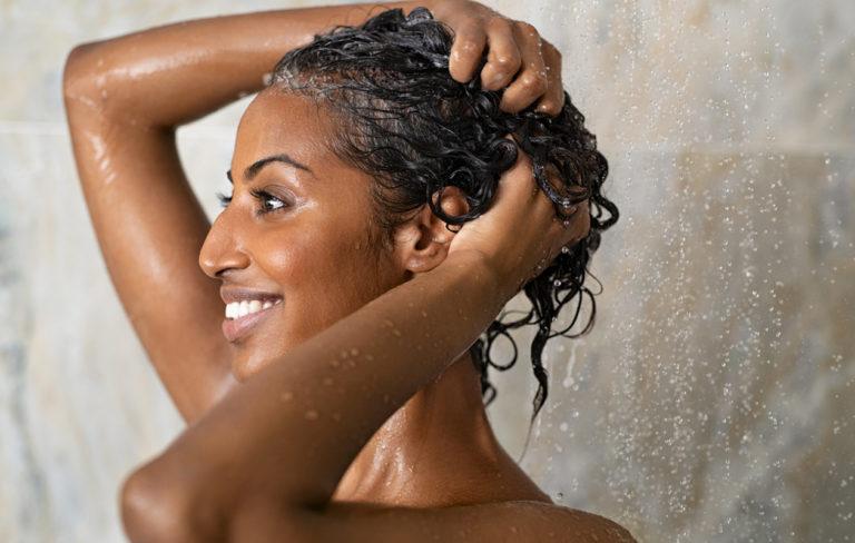 Voidepesu hellii ja kosteuttaa kuivaa päänahkaa.