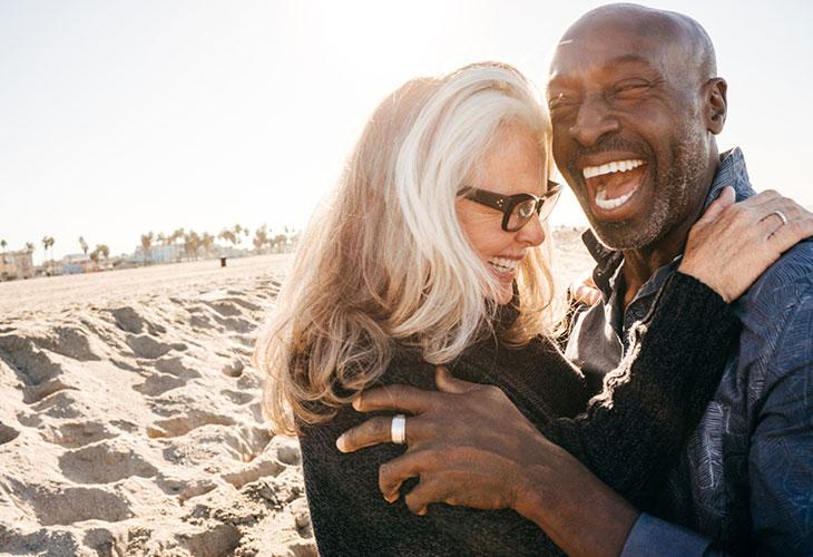 Kumppani ei suostu pariterapiaan? Kuvassa pariskunta rannalla.