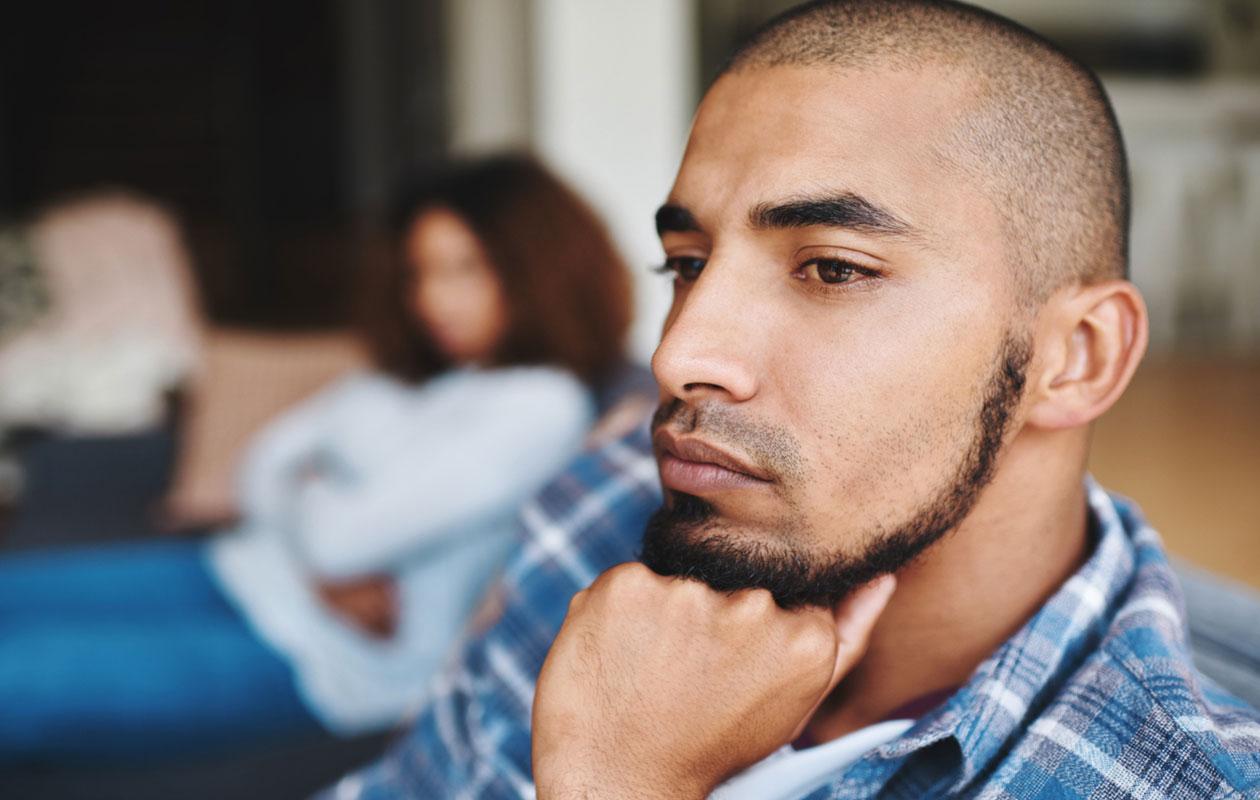 Pariterapian ohella keskustelua voi yrittää käydä myös kotona. Kuvassa nainen ja mies istuu sohvalla.