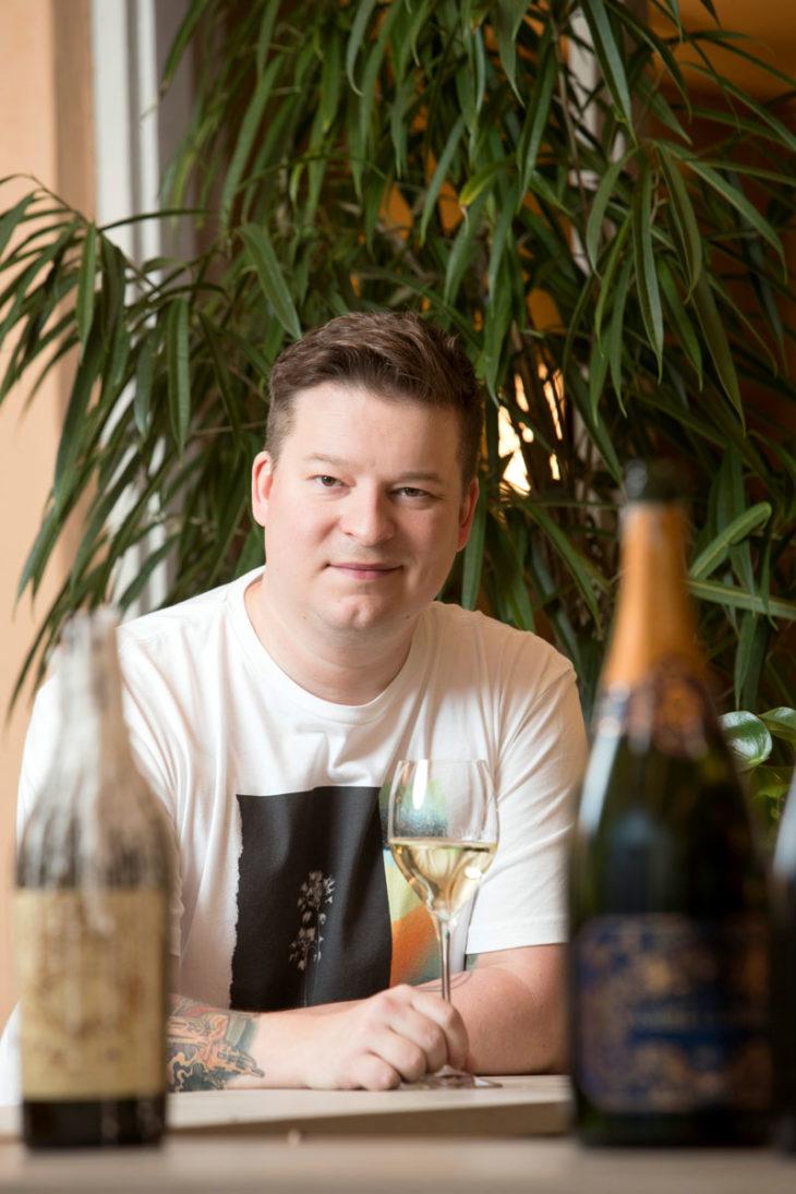 Mitkä ovat parhaat glögit 2020? Annan viiniasiantuntija Ilkka Sirén rakastaa glögiä, kunhan takana on pitkä lenkki rapsakassa ulkoilmassa.