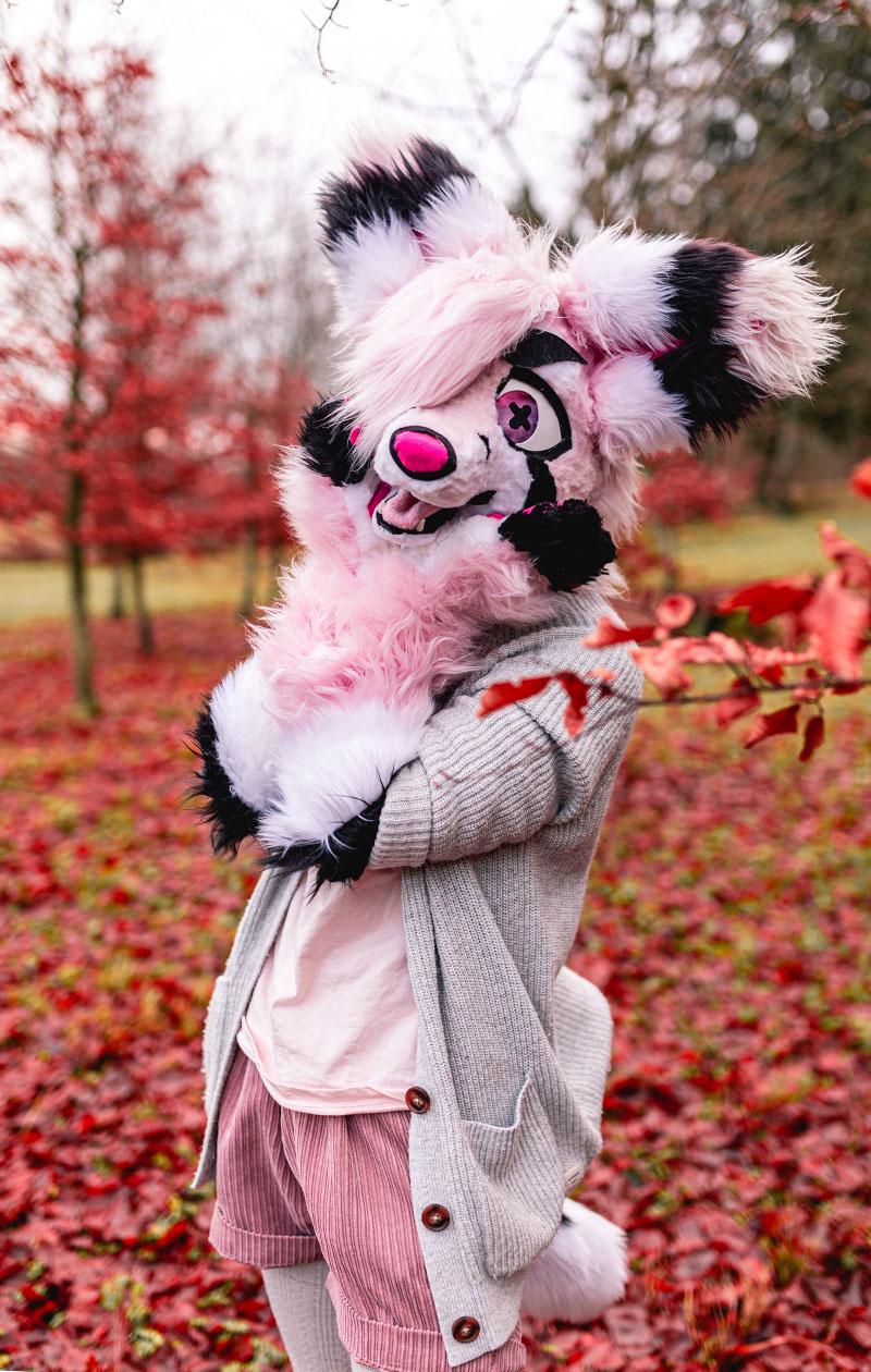 Riko Karri pukeutuneena vaaleanpunaiseen fursuit-asuun.