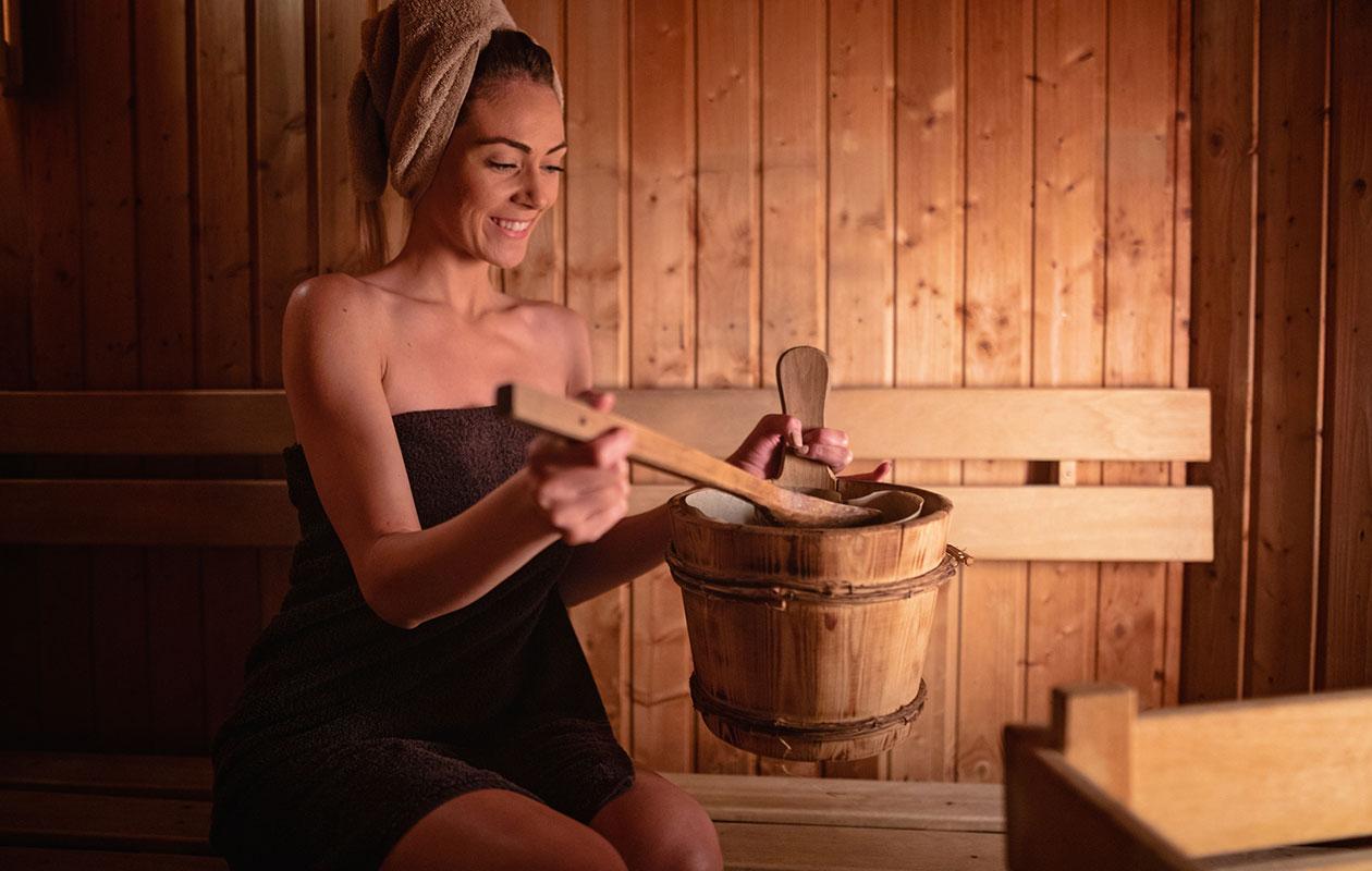 Saunominen paitsi rentouttaa, voi myös helpottaa joidenkin sairauksien oireita. Asiantuntija kertoo, mitkä ovat saunan terveysvaikutukset.