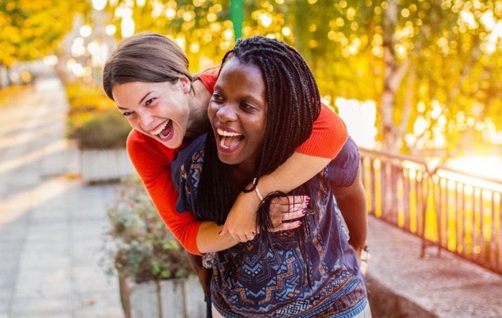 Nauravat ystävykset, joista toinen on reppuselässä. Joskus ystävyys loppuu ja se tuntuu usein pahalta.
