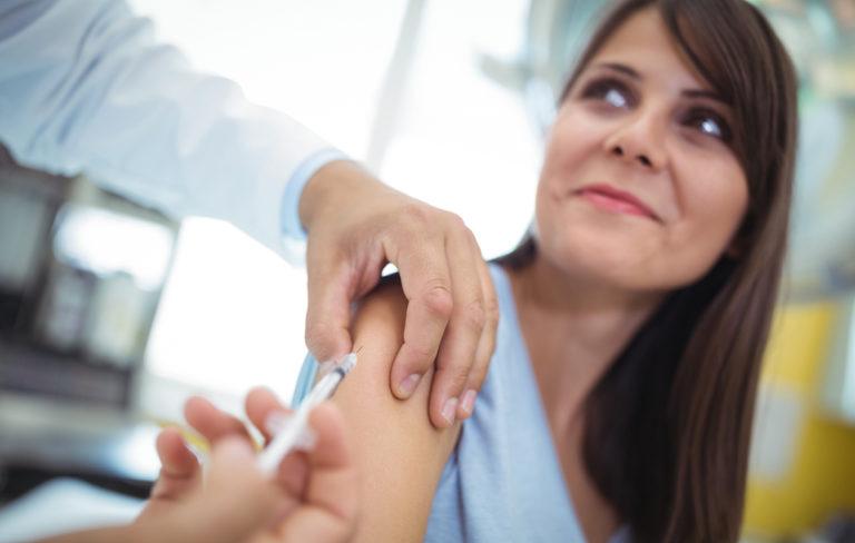 Pneumokokkirokote suojaa pneunomokkibakteerin aiheuttamilta infektioilta.