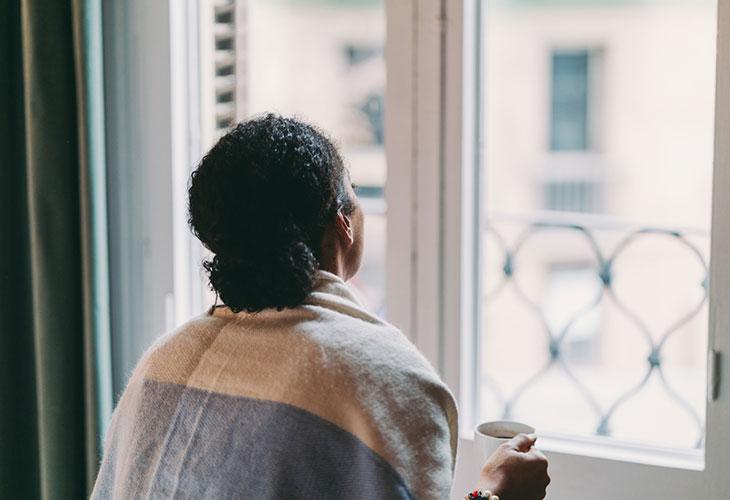Kun omasta parisuhteesta tulee itsestäänselvyys, arvomaailman tarkastelusta voi olla apua. Kuvassa nainen katsoo ikkunasta ulos.