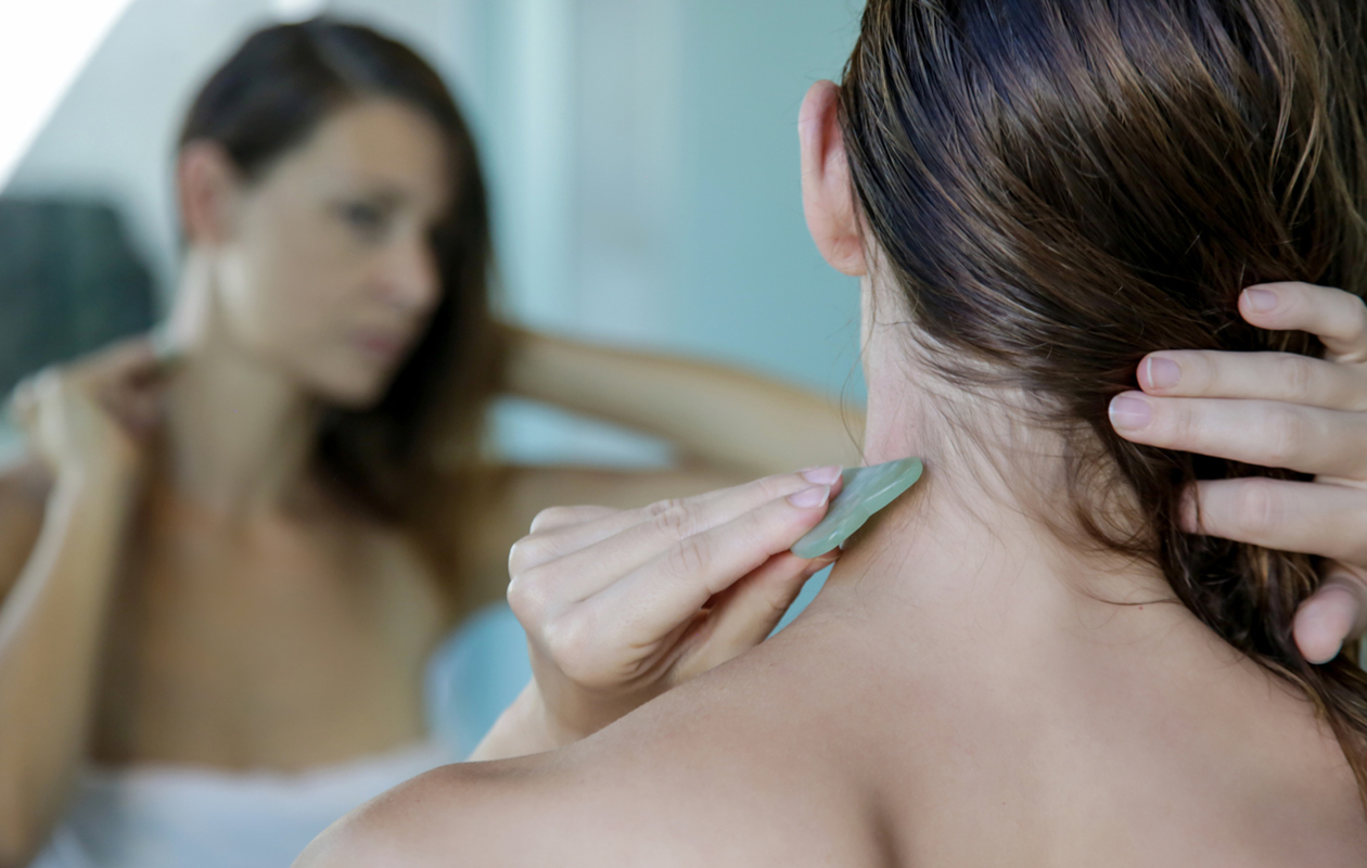 Kosmeettinen gua sha -hoito tehdään jadekivestä valmistetulla lastalla tai lusikalla.