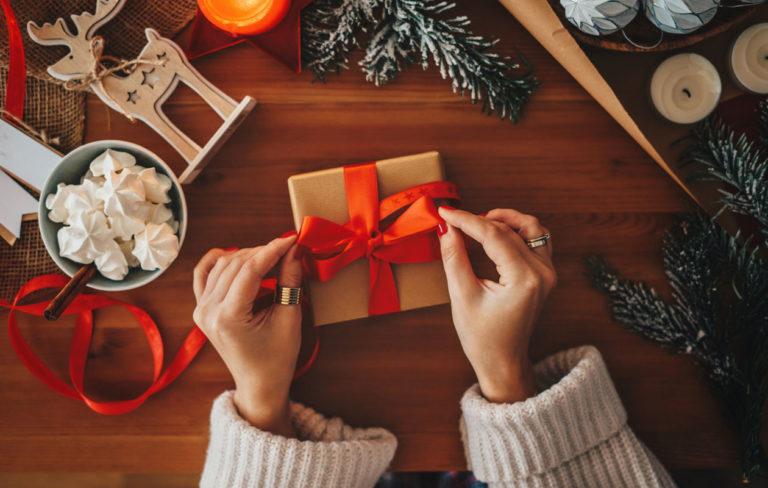 Annan suuresta listasta löydät parhaat joululahjaideat jokaiselle. Kuvassa nainen paketoi joululahjaa.