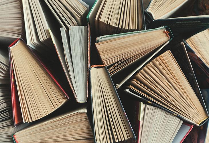 Kirja on hyvä lahja lukemista harrastavalle. Kuvassa joukko kirjoja.