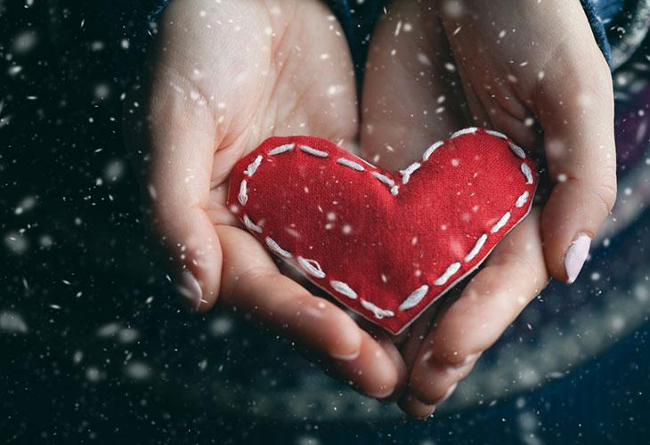 Hyväntekeväisyyteen lahjoittaminen on tärkeä joululahja. Kuvassa kädet pitelevät pehmosydäntä.