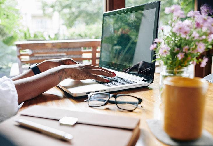 Toimistotyötä tekevä ilahtuu lahjasta, joka piristää kotitoimistoa. Kuvassa nainen työskentelee koneella.