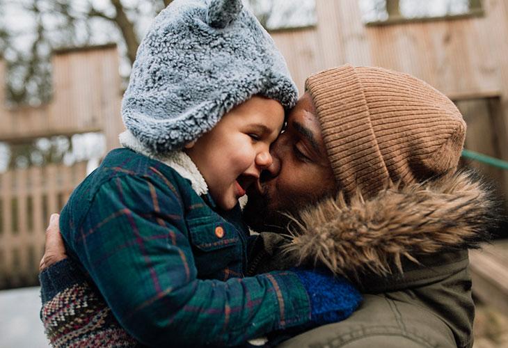 Joululahjaideat pehmeisiin paketteihin. Kuvassa isä ja lapsi talvivaatteet yllä.