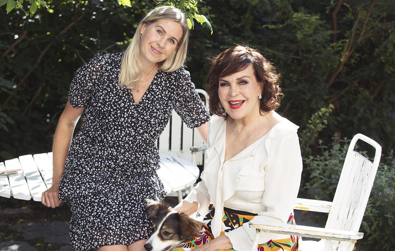 Paula Koivuniemi ja avustaja Laura Vuorinen ovat työkaverit ja erottamattomat ystävät.