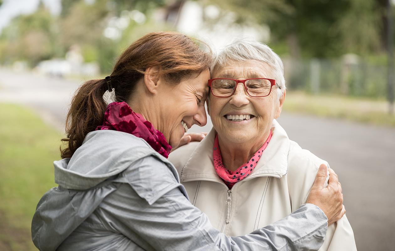 Miten luoda parempi suhde vanhempiin tai sukulaisiin aikuisiällä? Kuvassa läheiset äiti ja tytär.