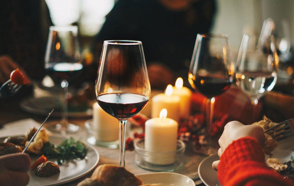 Punaviinit kuuluvat joulupöytään. Lasillinen lämmittävää punaviiniä sopii niin jouluisten liharuokien kuin juustojenkin kanssa.