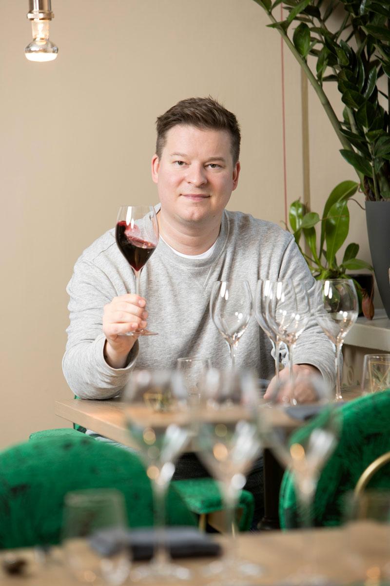Annan viiniasiantuntija Ilkka Sirén valitsi sopivat punaviinit joulupöytään. Hänen omassa joulupöydässään on punaviinin lisäksi olutta kalaruokien seuraan ja portviiniä juustoille.