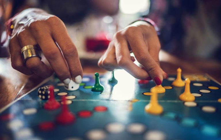 Lautapelit aikuisille: listasimme kymmenen kiinnostavinta peliä. Kuvassa kaksi henkilö pelaa keskenään.