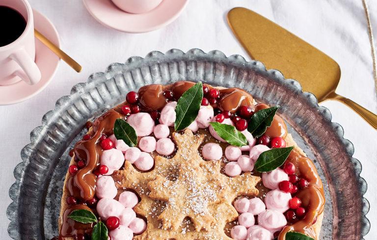 Näillä ohjeilla syntyvät joulun herkullisimmat ja helpoimmat leivonnaiset! Juhlavassa keksikakussa on karpalo-kinuskitäyte.