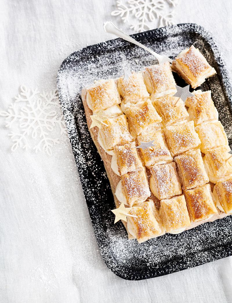 Joulu ja leivonta kuuluvat yhteen. Luumu-kermakakussa on rapea pinta ja runsas täyte.