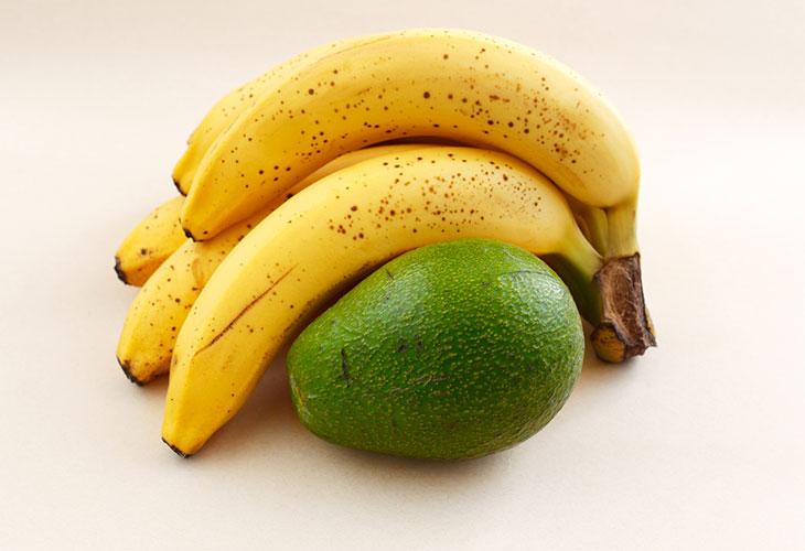 Avokadon kypsytys onnistuu banaanin avulla. Kuvassa banaaniterttu ja avokado.