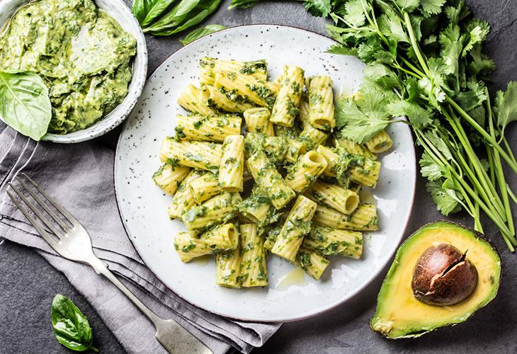 Avokado sopii monen ruokiin, kuten pastaan. Kuvassa lautasellinen avokadopastaa.