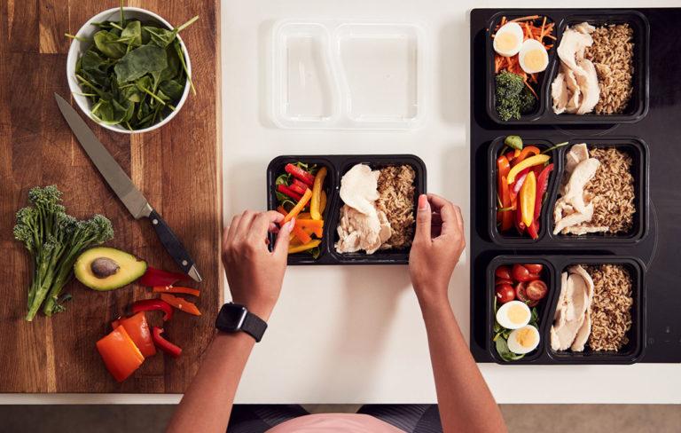 Meal prepping tarkoittaa ruoan valmistamista etukäteen esimerkiksi viikon ajaksi. Voit prepata vaikkapa viikon lounaat tai aamiaiset.