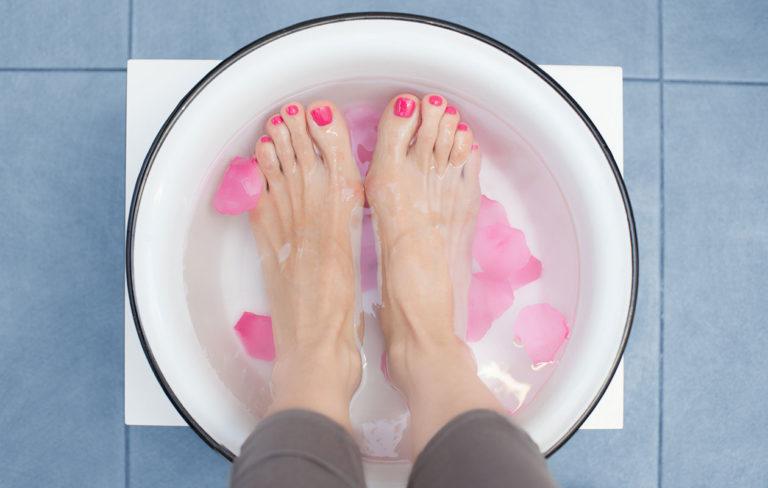 Jalkahoito on täydellinen tapa rentoutua kotona. Jalkojenhoitaja antoi vinkit perusteelliseen kotihoitoon.