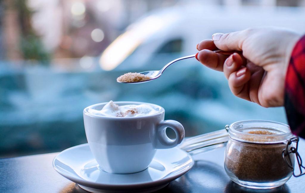Onko ruskea sokeri hyvinvoinnin kannalta parempi valinta kuin valkoinen? Kysyimme asiantuntijalta.