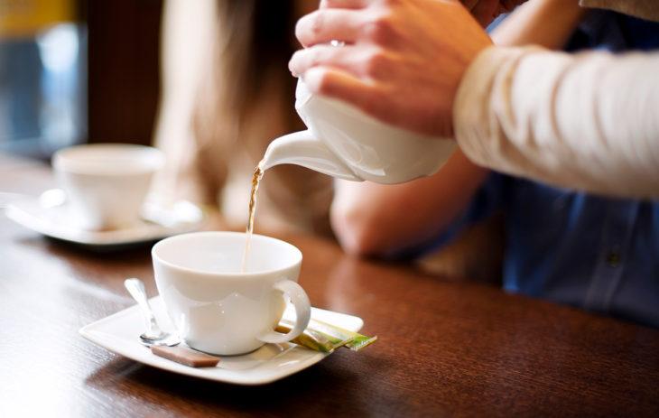 Alkoholiton juoma – kuvassa kahvi ja tee