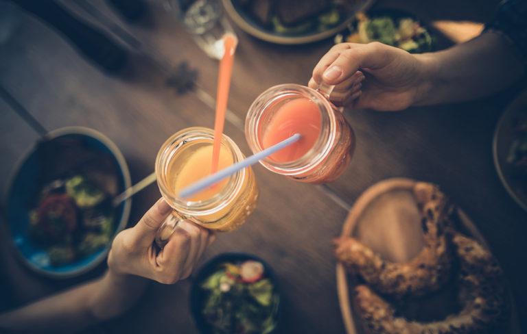 Alkoholiton juoma – kuvassa mocktaileja