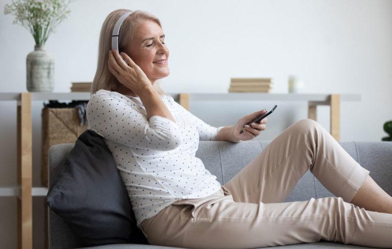 Meditaatio on monella tapaa mielelle hyödyksi. Sovellus puhelimessa voi auttaa keskittymään harjoitukseen.