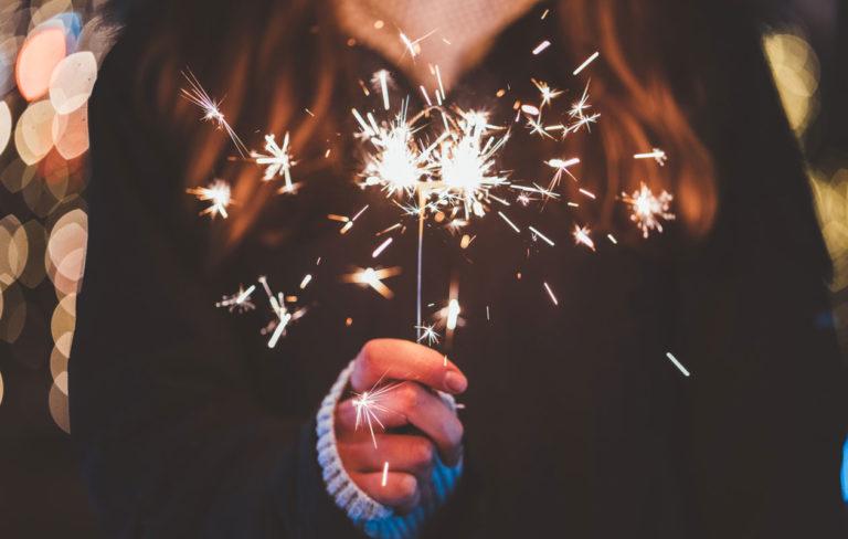 Uudenvuodenlupaus on lähes aina haastava pitää. Kuvassa henkilö pitää kädessään tähtisadetikkua.