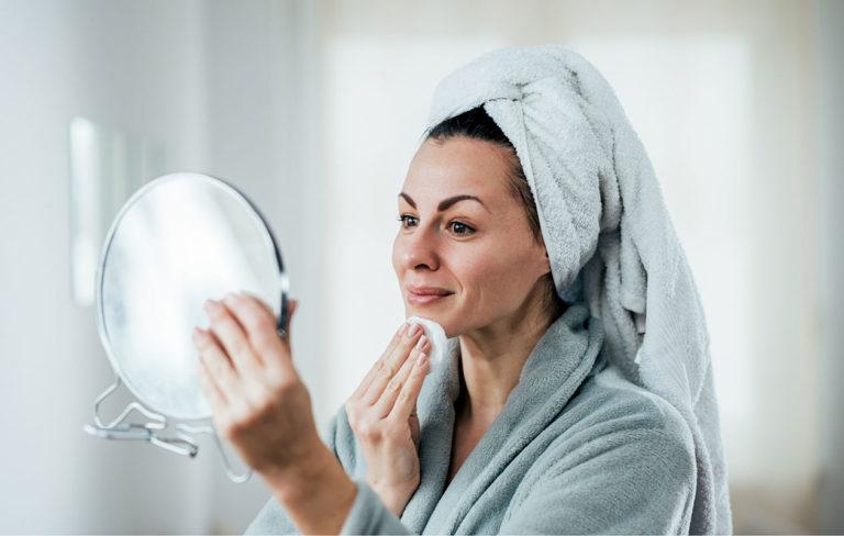 Ihonpuhdistus kannattaa tehdä joka ilta, vaikka et olisi meikannutkaan. Iho on hyvä puhdistaa myös aamuisin.