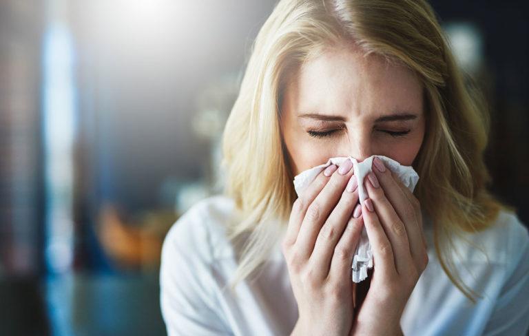 Osa ihmisistä tuntuu nappaavan kaikki flunssat, toiset ovat enimmäkseen terveinä. Esimerkiksi tetyt sairaudet, elintavat ja aiemmasta flunssasta huonoon kuntoon jääneet limakalvot voivat heikentää vastustuskykyä.