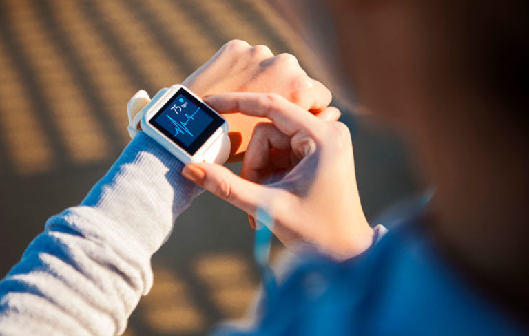 Älykellot vertailussa: Tekniikan Maailma testasi kolme älykelloa. Kuvassa henkilö katsoo kelloaan.