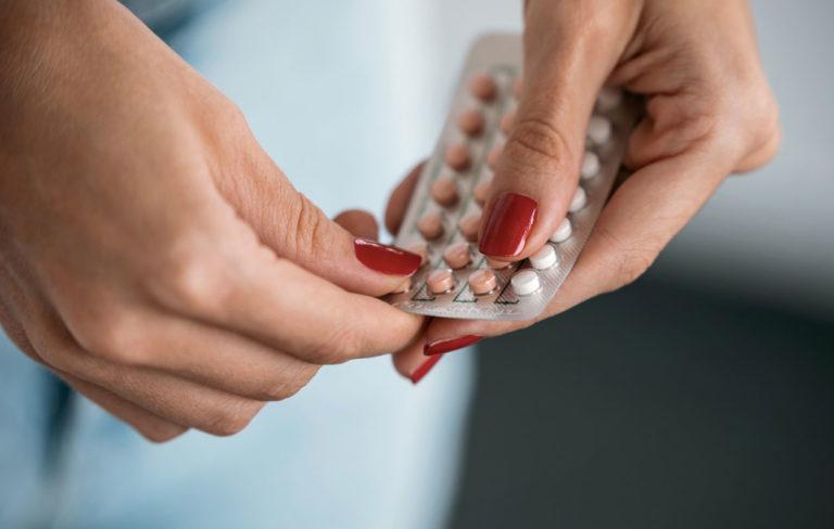 E-pillerit ovat tutkimuksen mukaan turvallinen ehkäisykeino. Kuvassa nainen pitelee kädessään lääkevalmistetta.