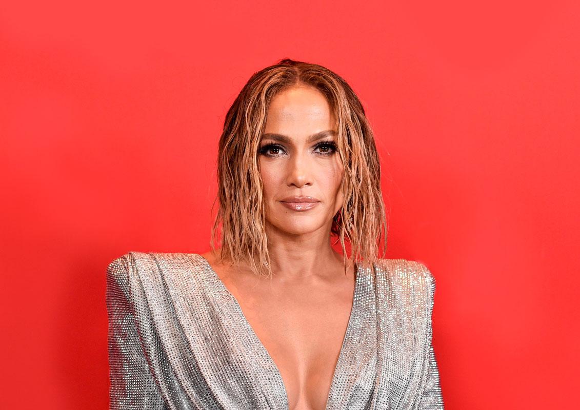 Laulaja ja näyttelijä Jennifer Lopez on yhdistänyt keskijakauksen kiharaiseen polkkaan.