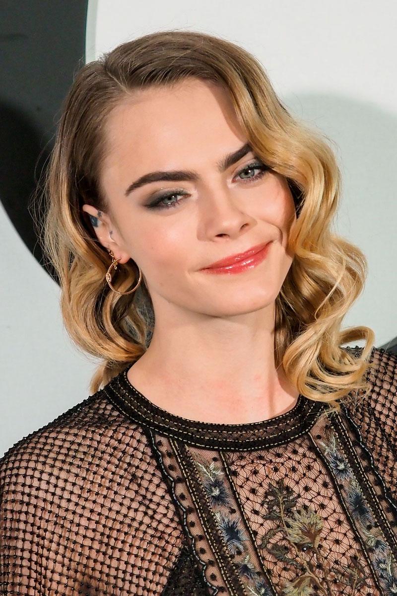 Näyttelijä ja malli Cara Delevingnen eleganteissa kiharoissa on hollywoodmaista glamouria.