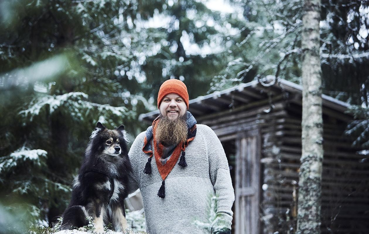 Tamperelainen Niko Hyrynsalmi ja Huhta viihtyvät yhdessä metsäpoluilla. Nikolla on yllään itse tehdyt neule ja asusteet.