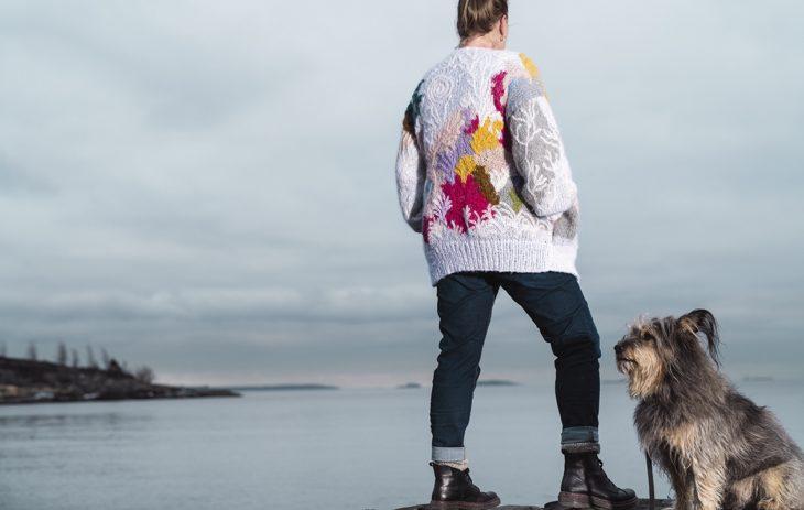 Kaija yllään Gratitude-maalauksen inspiroima neule. Namaki-koira on Kaijan uskollinen ystävä.
