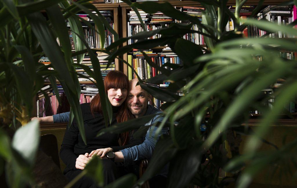 Aura Nurmi julkaisi viime vuonna toisen runokokoelmansa. Aleksis Salusjärvi sanoo seuraavansa ylpeänä vaimonsa menestystä.
