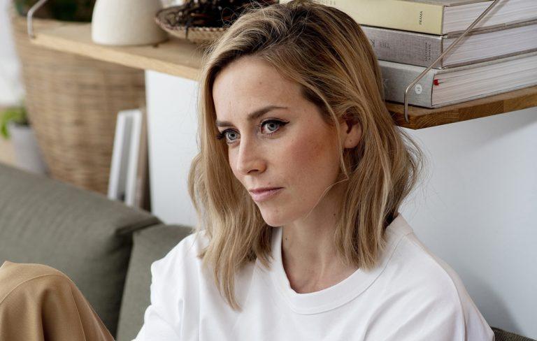 Iina Kuustonen vaihtelee sujuvasti vetovuoroja työ- ja pikkulapsiarjessa kihlattunsa Sebastian Rejmanin kanssa.