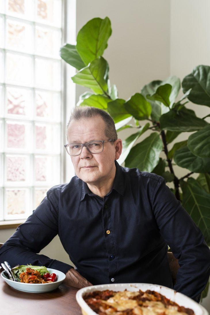 Finlandia-palkittu kirjailija Kari Hotakainen, 64, asuu kaksin vaimonsa Tarjan kanssa, lapset ovat jo aikuistuneet. Hänen uusin romaaninsa Tarina ilmestyi syksyllä. Kari on myös mukana MTV3:n ohjelmassa Pitääkö olla huolissaan?