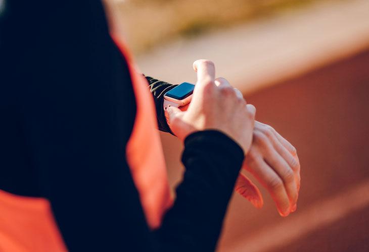Lankkuhaaste: Lankutus on liike, jota kannattaa tehdä lyhyimmissä sarjoissa. Kuvassa henkilö katsoo urheilukelloaan.